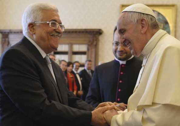 apa Francis (R) aperta a mão com o chefe da Autoridade Palestina, Mahmoud Abbas, no Vaticano. (Crédito da foto: Reuters)