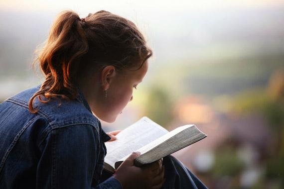 Menina-lendo-a-Bíblia_Mdc-151