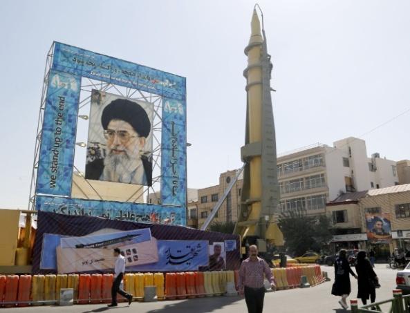 26set2016-missil-ghadr-f-e-exibido-ao-lado-de-foto-do-lider-supremo-do-ira-o-aiatola-ali-khamenei-em-teera-no-ira-1477510521403_615x470