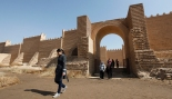 Residents visit the ancient city of Babylon near Hilla, 100 km (62 miles) south of Baghdad February 17, 2012. Picture taken February 17, 2012. REUTERS/Mohammed Ameen (IRAQ - Tags: TRAVEL SOCIETY) - RTR2Y1RF